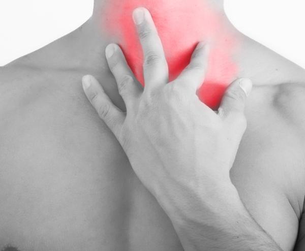 Біль в горлі або гортані при ковтанні